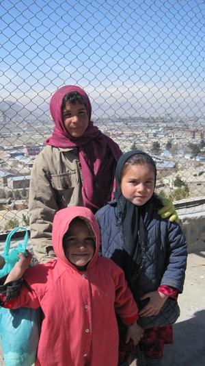 Kuvassa on kolme pikkutyttöä Kabulin esikaupungin liepeillä.  foto: Minna Sirnö, Kabul, 2011